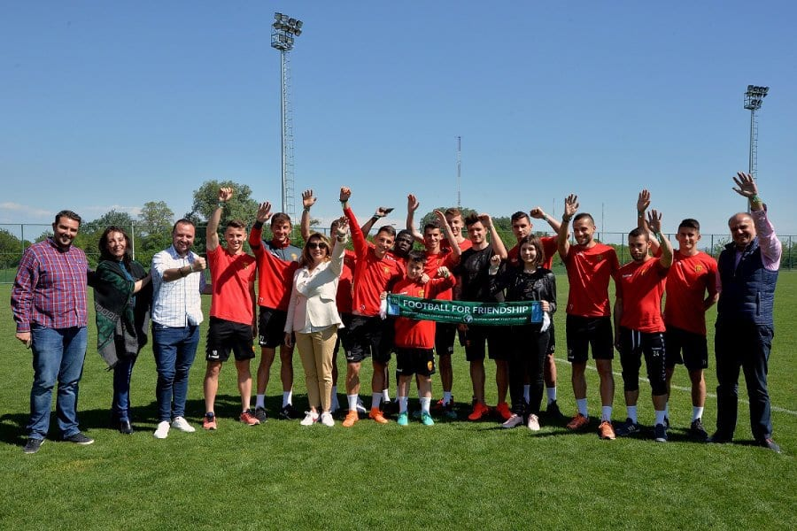 Македонските учесници во проектот  Фудбал за пријателство 2018  на средба со првиот тим на ФК  Вардар